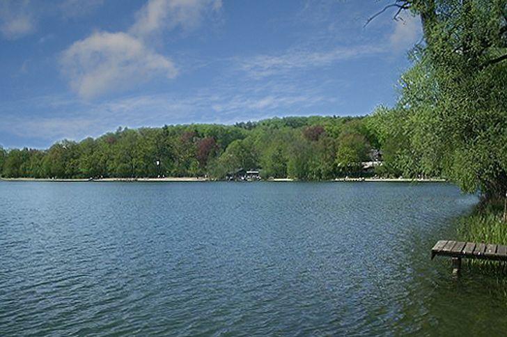 Bleibtreusee bei Brühl – Blick auf Seeufer mit Strand und Wakeboard-Anlage
