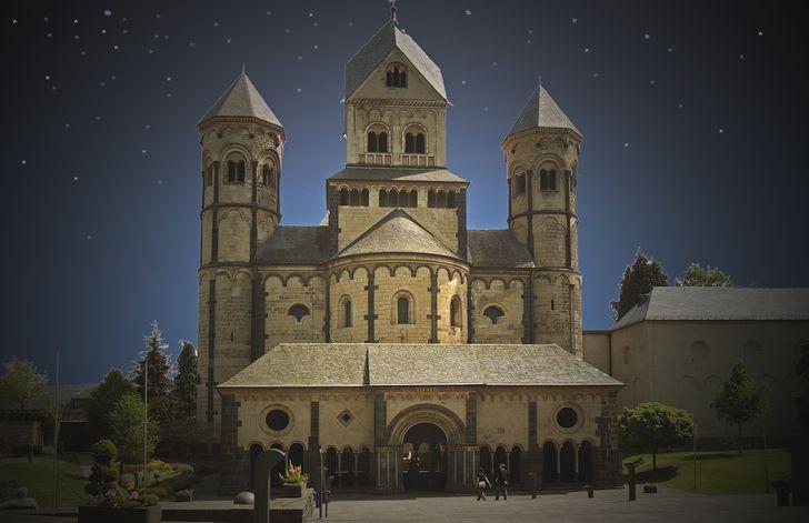 """Kloster Maria Laach - Abendstimmung - """"Maria Laach feiert Advent"""" heißt es am 2. Adventssonntag rund um das Kloster"""