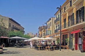 Marktplatz in Santanyí – ein Besuch der historischen Altstadt mit den typischen Sandsteinhäuser und den Kirchen empfiehlt sich außerhalb der Marktzeiten