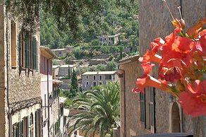 Mallorca – Deià - Gasse mit Blumenschmuck