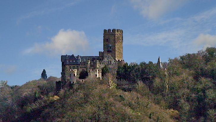 Burg Lahneck an der Mündung der Lahn in den Rhein – Blick auf die Anhöhe mit der Burg.