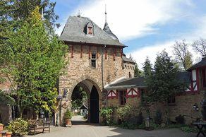 Burg Satzvey – Burgtor von Burginnenhof gsehen