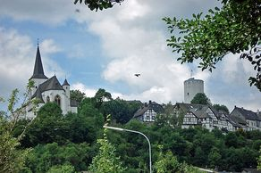 Reifferscheid in der Eifel mit Kirche und Burg