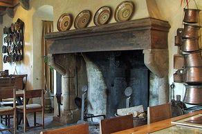 Burg Pyrmont – Küche mit Kamin in den Innenräumen