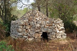 """Naturpark Mondragó – alte Steinbauten der Bauern und Hirten, """"Barracas"""" genannt"""