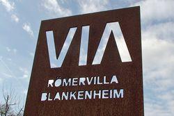 Erlebnisraum Römerstraße - Informationsstele mit dem VIA-Logo an der Römervilla Blankenheim