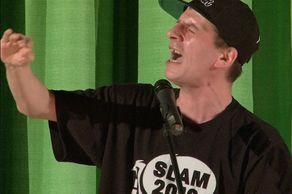 """Poetry Slam Vogelsang – Slamer """"Sushi"""", Gewinner 2012 in Aktion beim Vortrag"""