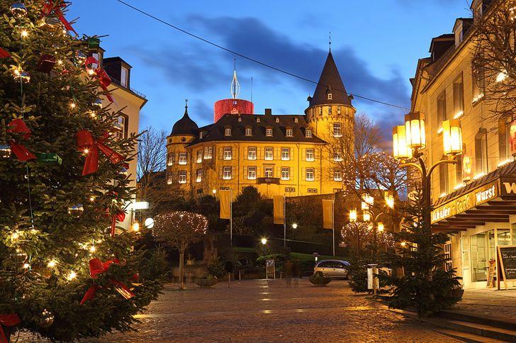 Weihnachtsmarkt Mayen vor der Genovevaburg © Foto Josef Dedenbach/Stadt Mayen
