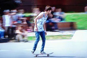 Skater bei der Anfahrt auf ein Hindernis