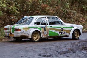 Rallye Köln-Ahrweiler – ein BMW schleudert durch Kurve bei Reifferscheid