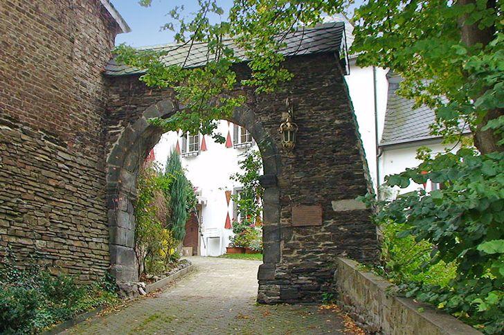 Altenahr – Kurfkölnisches Amtshaus von 1714 mit spätromanischen Hoftor