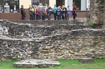 Boppard – Besucher an den Ruinen des Römerkastells