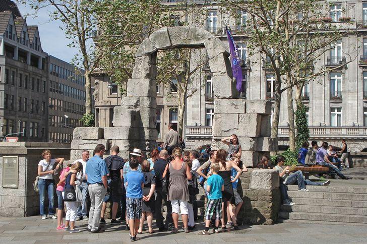 Köln – wiederaufgebautes römisches  Nordtor, heute vor dem Kölner Dom