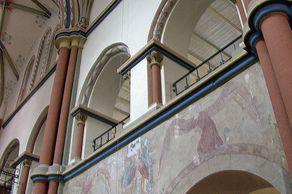 Linz am Rhein – Innenraum der Kirche St. Martin mit Fresken aus dem 13. Jahrhundert