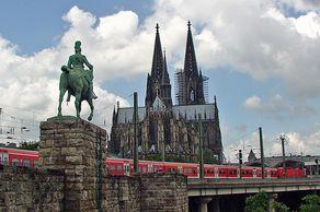 Kölner Dom – Blick von Osten mit Denkmal und Hauptbahnhof