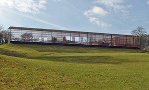 Römervilla Blankenheim – Blick vom Archäologischen Park auf die Stahlkonstruktion, die die Größe der Villa Rustica zeigen soll.