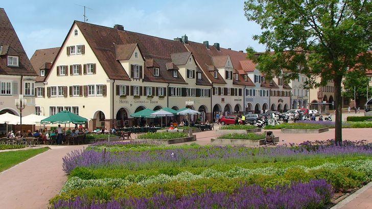 Freudenstadt – Häuserzeile mit Laubengängen am Marktplatz