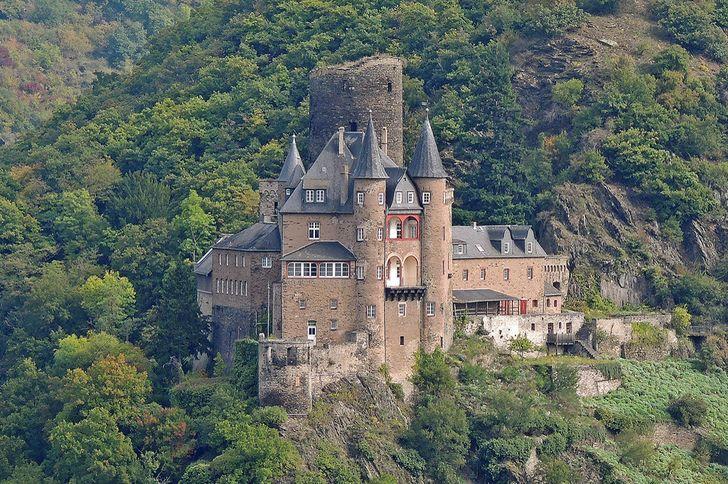 Die Burg Katz liegt rechtsrheinisch oberhalb der Stadt St. Goarshausen