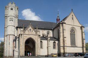 Münstermaifeld – die weithin sichtbare Stiftskirche mit den beiden markanten Türmen des Westwerks überragt das Maifeld bei Mayen