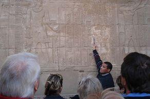 Ägypten – der deutschsprachige Fremdenführer erläutert Details im Doppeltempel von Kom Ombo