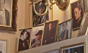 Hillesheim – Kriminalmuseum – Accessoires und Fotos von Krimiautoren