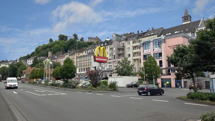 Gerolstein – Häuserzeile mit Geschäften an der B 410