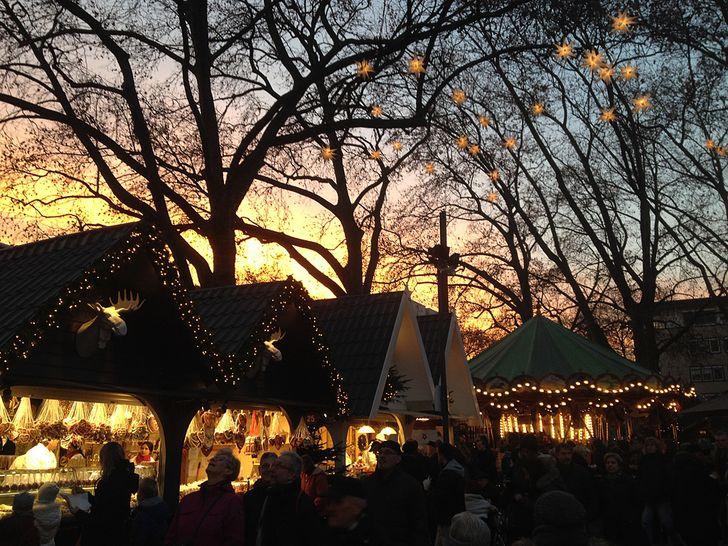 Abendstimmung in Köln auf dem Weihnachtsmarkt der Engel am Neumarkt.