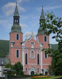 Prüm – Westansicht der barocken Fassade der Basilika