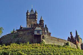 Reichsburg Cochem – in den Weinbergen über der Stadt. Wiederaufgebaut im 19. Jahrhundert im neugotischen Stil.