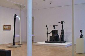 Max-Ernst-Museum in Brühl – Innenrraum mit Skulpturen