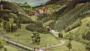 Schwarzwald-Modellbahn Hausach – Besucher inmitten der großräumigen Anlage