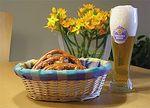 Bier und Brezel, serviert im Biergarten