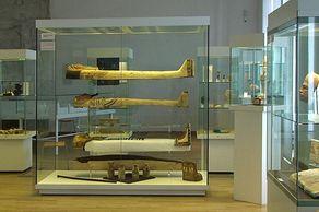Ägyptisches Museum Bonn – Kartonagehüllen in einer Vitrine