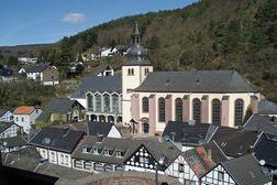Heimbach – die beiden Kirchen im Ortskern von der Burg aus gesehen. Links neben dem Turm die moderne Wallfahrtskirche St. Salvator.