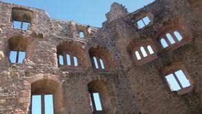"""Burgruine Hohengeroldseck. Blick in den Innenraum des """"alten Hus"""", ein Palas von nahezu 26 Meter Höhe und einer Länge von 15 Metern."""