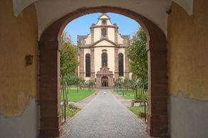 Kloster Himmerod – Blick durch das Klostertor auf das Westwerk der Kirche