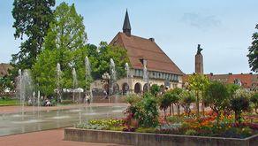 Freudenstadt – das Stadthaus auf dem Marktplatz ist von vielen Brunnen umgeben