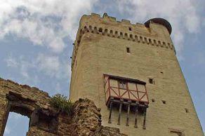Der weithin sichtbare Bergfried der Burg Olbrück