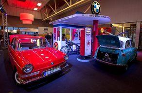 INTERCLASSICS-Maastricht – Tankstelle mit Oldtimern in der Halle. © Foto Harry Heuts