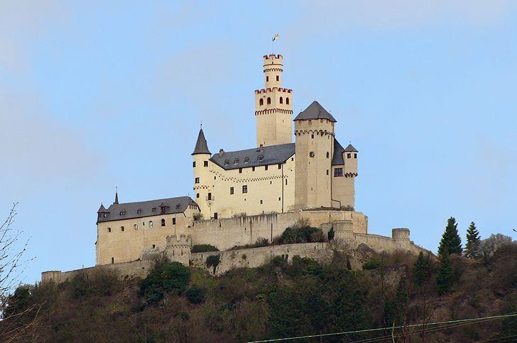 Die Marksburg bei Braubach im Oberen Mittelrheintal ist Besitz der Deutschen Burgenvereinigung