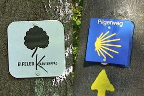 Die Wegzeichen des Kräuterpfads und des Jakobwegs