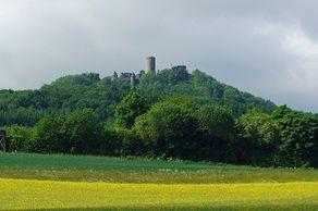 Nürburg – die Burgruine in der Eifel steht weithin sichtbar auf einem Vulkankegel