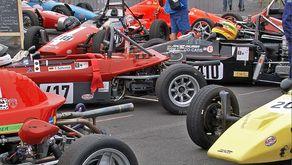Blick in das Fahrerlager mit Formel-Fahrzeugen