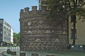 Köln – Römerturm an der Zeughausstrasse, reicht verziert mit Mosaikschmuck. Er ist der  vollständigste Turm des römischen Kölns.