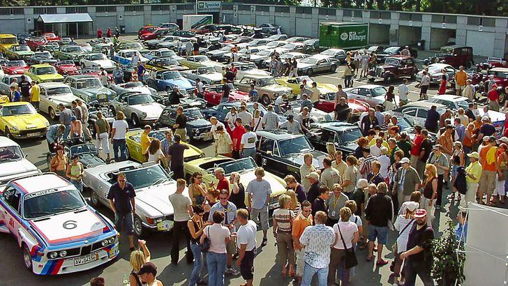 Internationale ADAC Adenau Classic – Startaufstellung im alten Fahrerlager am Nürburgring (© Foto MSC Adenau)