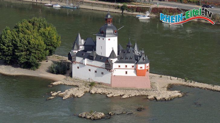 Die Burg Pfalzgrafenstein liegt auf einer Felsenklippe mitten im Rhein. Sie ist von der Ortschaft Kaub an der B 42 aus mit der Fähre erreichbar und kann besichtigt werden.