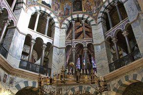 Aachener Dom – Blick in das von Karl dem Großen errichteten Oktogon. Im Vordergrund ist der Barbarossaleuchter zu sehen, der im Auftrag Kaiser Friedrichs I. zwischen 1165 und 1170 angefertigt wurde.