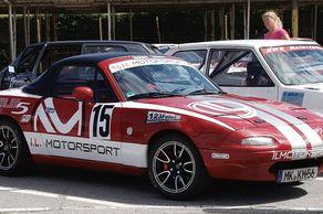 Automobil-Slalom in Brühl – Mazda vor dem Start