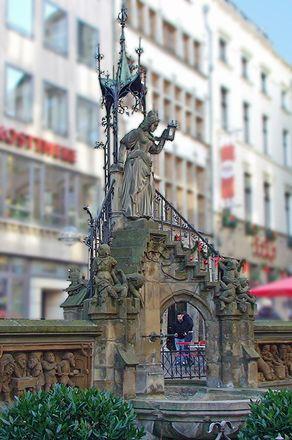 Der Kölner Heinzelmännchen-Brunnen in der Gasse Am Hof. Oben an der Treppe steht die Schneidergattin.