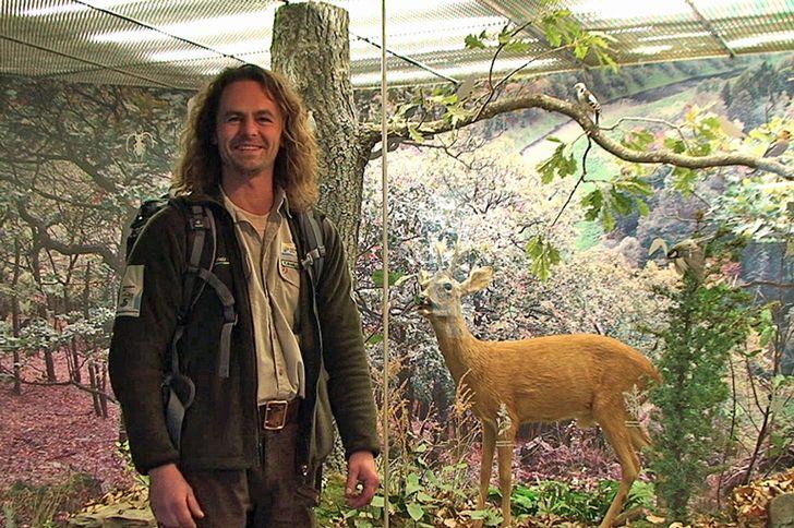 """Nationalparktor in Schleiden-Gemünd. Ein Ranger präsentiert die """"Waldgeschichten"""""""